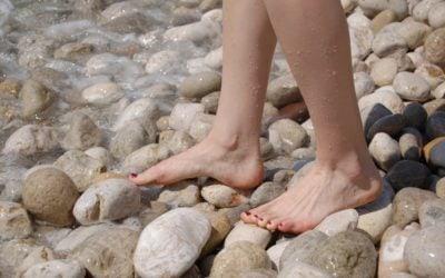 Marcher pieds nus pour retrouver de l'énergie