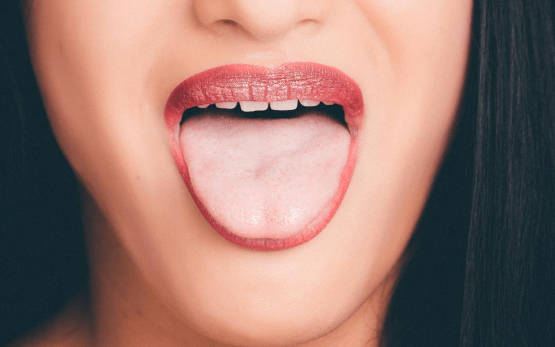 Enduit de la langue blanc épais